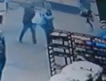 زوج يقتـل زوجته طعناً أمام المارة بسبب قضية خلع