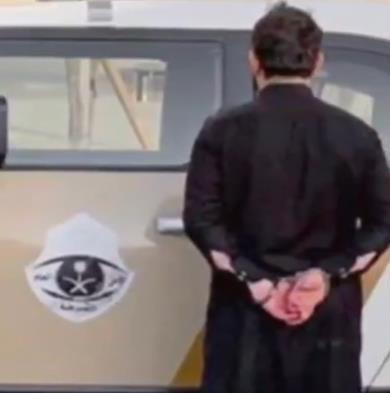 الإطاحة بـ3 مواطنين حاولوا إركاب حدث بالقوة داخل مركبة في بيشة (فيديو)