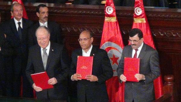 الرؤساء الثلاثة يحملون الدستور الجديد