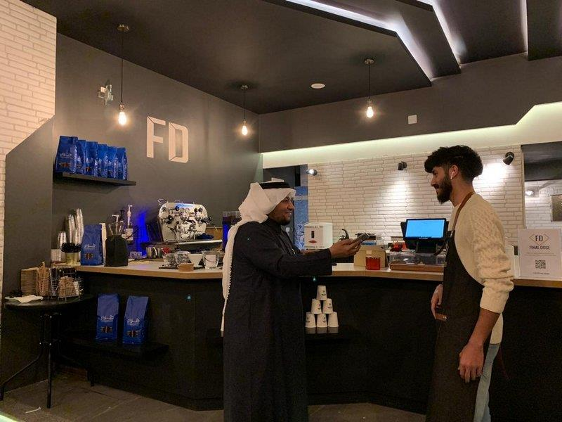 شاب سعودي يعمل ببيع القهوة في تبوك.