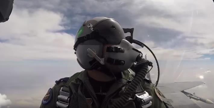 طيار حربي سعودي يلغي مهمة لاستهداف موقع لميليشيا الحوثي بسبب وجود مدنيين - فيديو