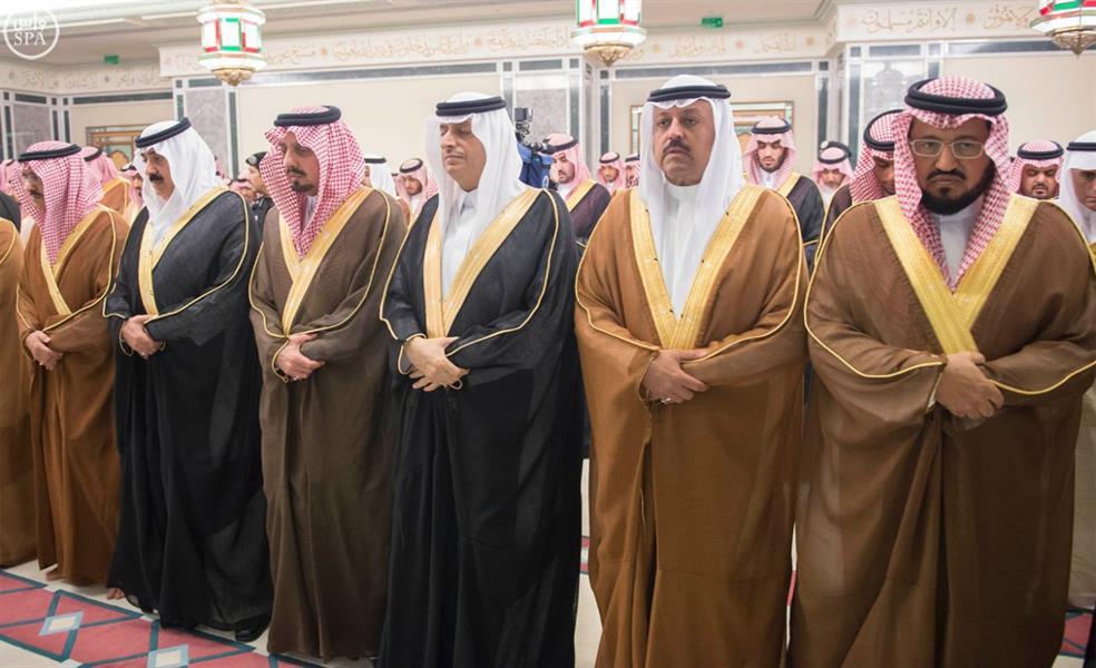 خادم الحرمين يؤدي في المسجد الحرام صلاة الميت على الأمير سعود الفيصل - فيديو