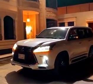 شاب يحقق أمنية والده ويهديه سيارة مماثلة للتي قادها ولي العهد برفقة أمير قطر (فيديو)