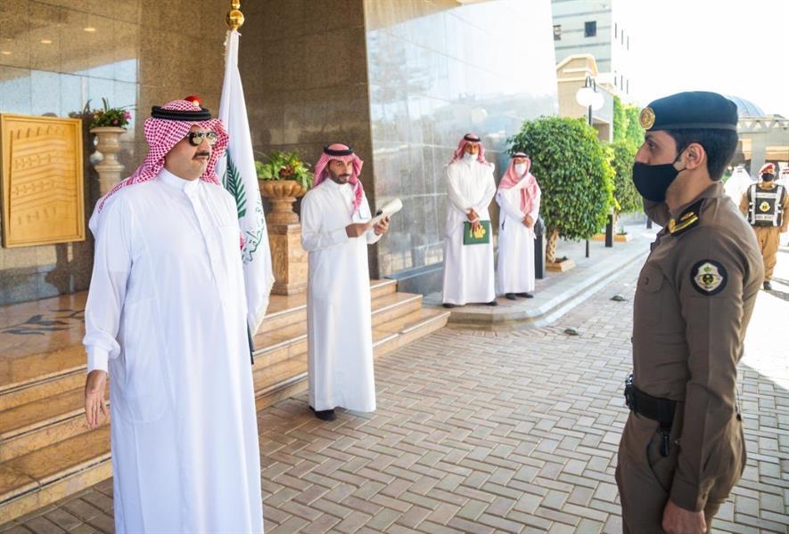 أمير عسير يكرم عددًا من منسوبي الشرطة لرفضهم عروضًا مالية وإحباطهم محاولات تهريب