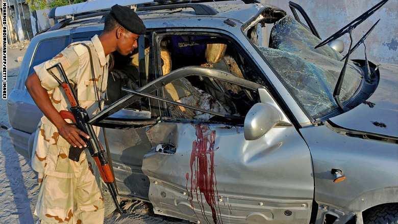 """""""الشباب الصومالية"""" تقتل عضواً سابقاً وتصيب عضواً حالياً بالبرلمان والسلطات تعدم 3 رميا بالرصاص"""