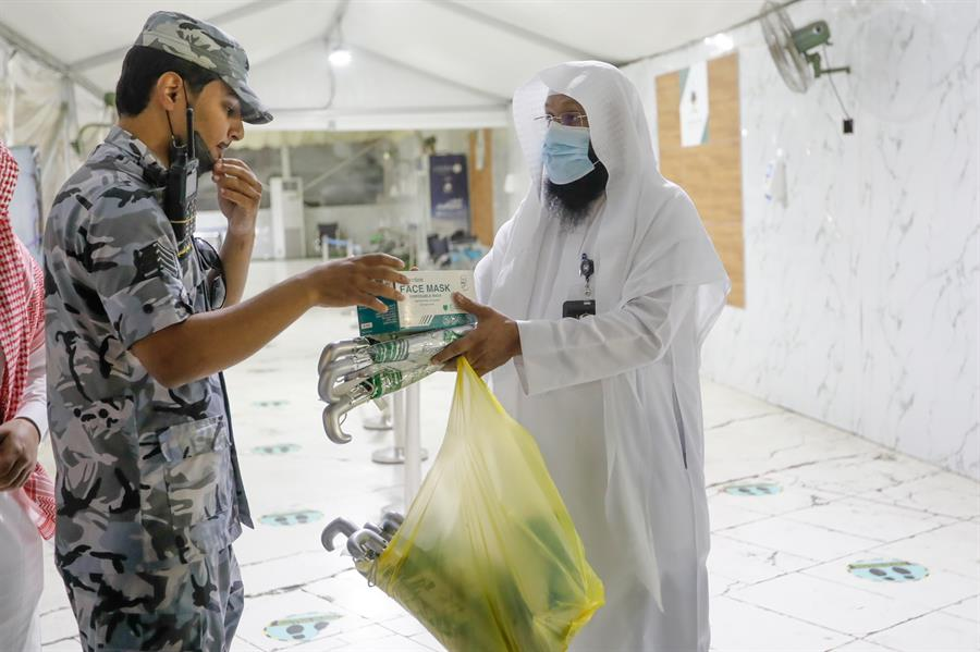 """""""Presidency of the two holy mosques"""" Distribution of health protection aids among workers on pilgrims in Tafwaj"""