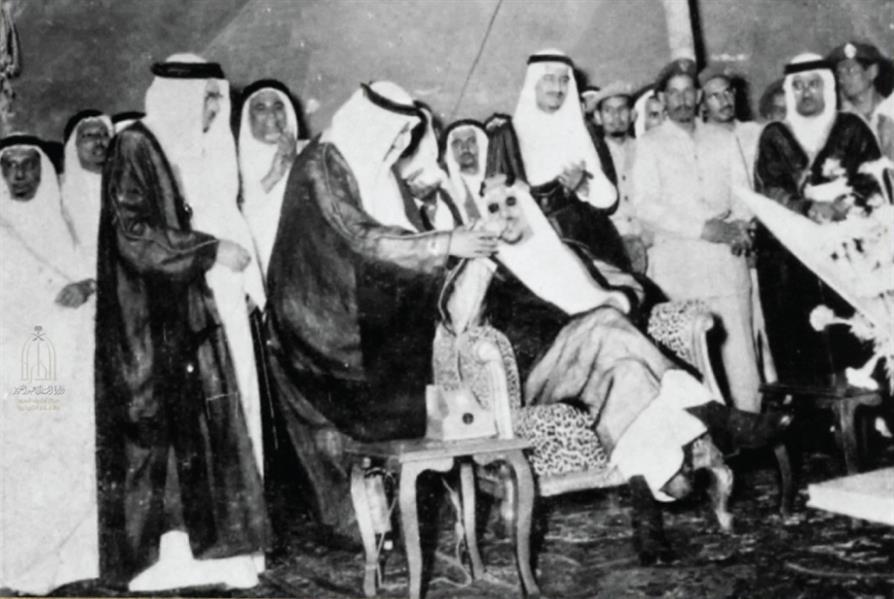 صورة تاريخية لخادم الحرمين الشريفين يرافقه المغفور له الملك سعود