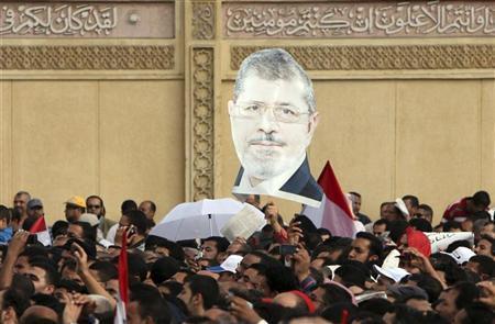 انصار الرئيس المصري محمد مرسي امام قصر الرئاسة في القاهرة يوم الجمعة