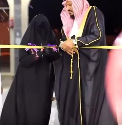 """المواطن الذي كرم زوجته بافتتاح متجره وتسميته باسمها يحكي: وفاء وليس """"رومانسية"""" (فيديو)"""