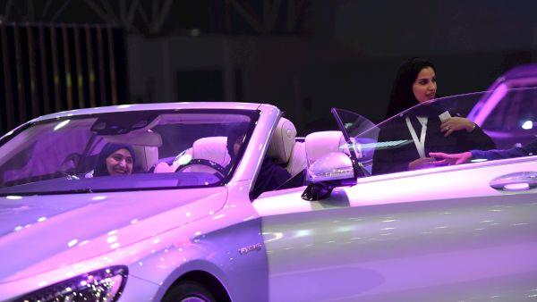 """شاهد.. جولة في معرض """"بينكش"""" النسائي للسيارات في الرياض"""