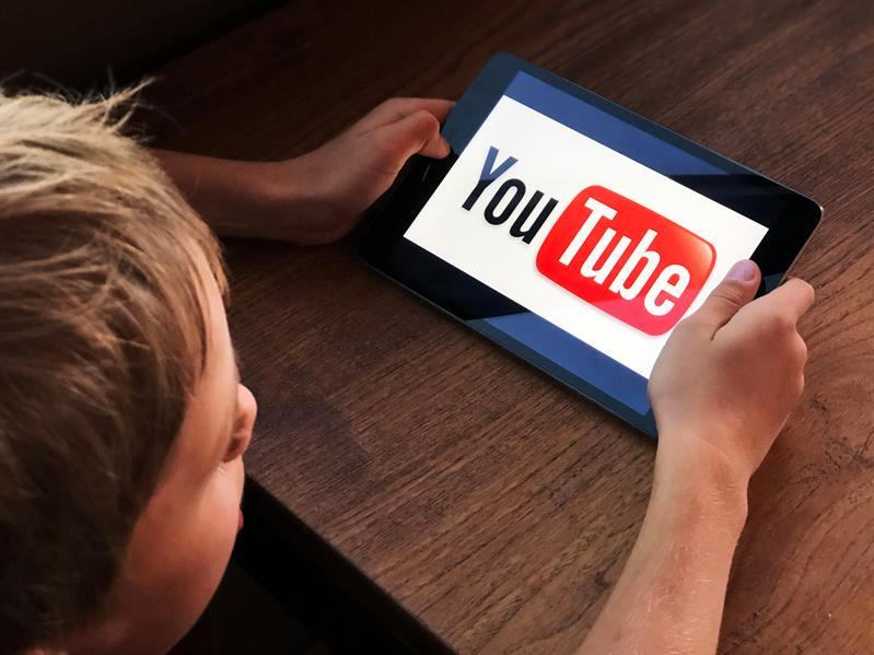"""كيف يمكننا حماية أطفالنا من مخاطر """"يوتيوب""""؟.. خبير تقني يجيب"""