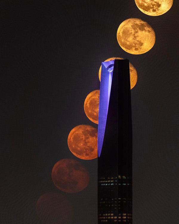 صورة عبور القمر خلف برج المملكة