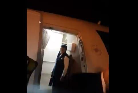 راكب يرفض التفتيش على باب الطائرة السعودية