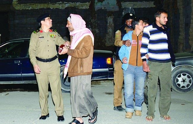 مساعد مدير شرطة الرياض يتأكد من هوية أحد المضبوطين