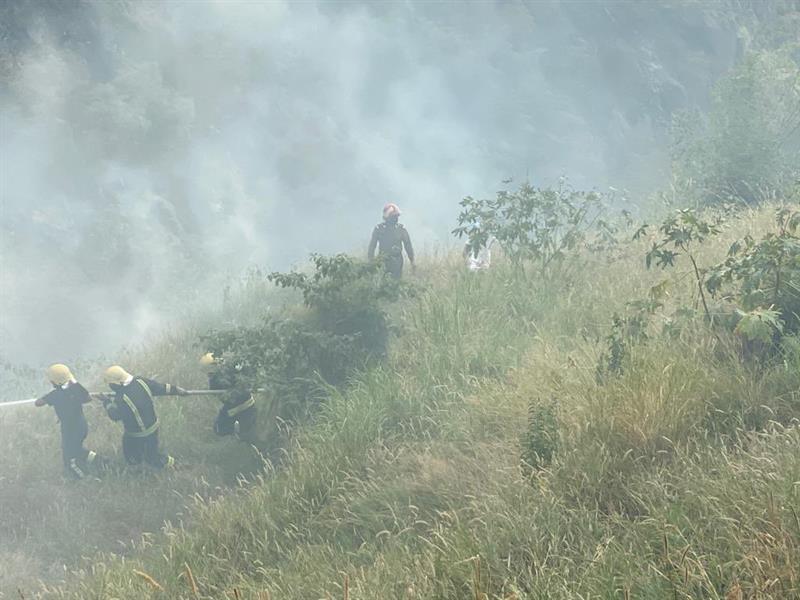 """""""مدني فيفا"""" يخمد حريقاً في حشائش وأشجار جبل الثويعي دون وقوع إصابات"""