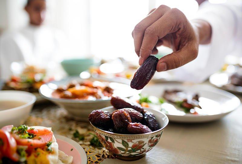 اختصاصي تغذية يحذر من عادات الأكل الخاطئة في رمضان ... وينصح بهذه الأمور