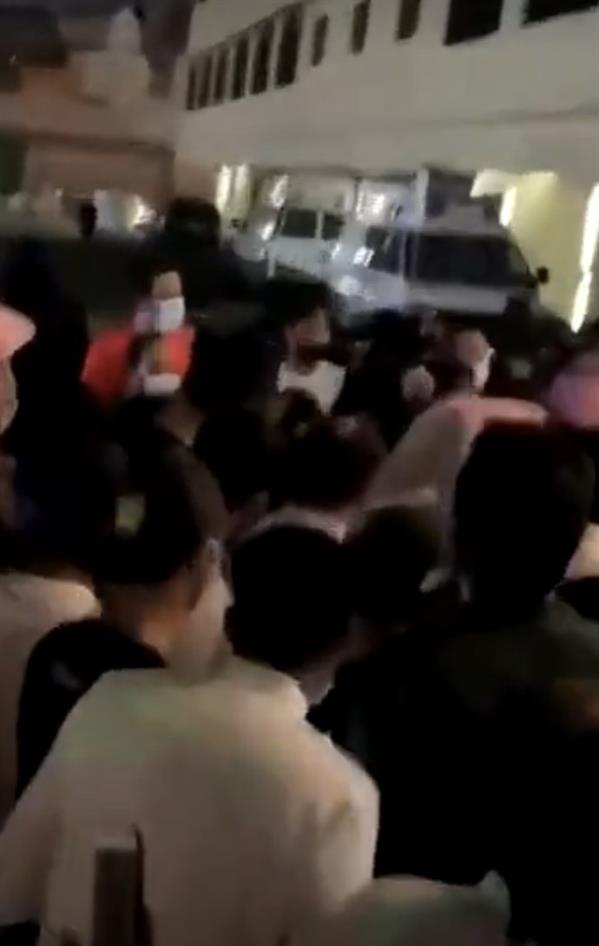 """فيديو لتكدس الراغبين بتلقي لقاح """"كورونا"""" أمام أحد مستشفيات الطائف.. ومصدر بـ""""الصحة"""" يُعلق"""