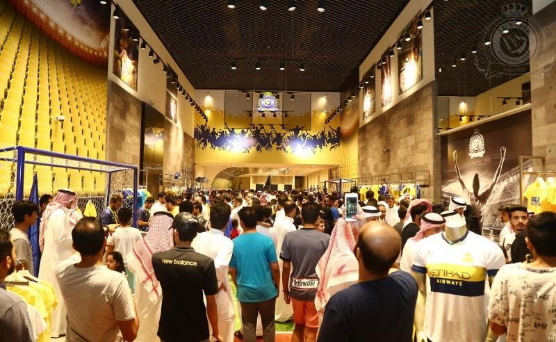 النصراويون يتوافدون إلى متجر النادي قبل الحاسمة