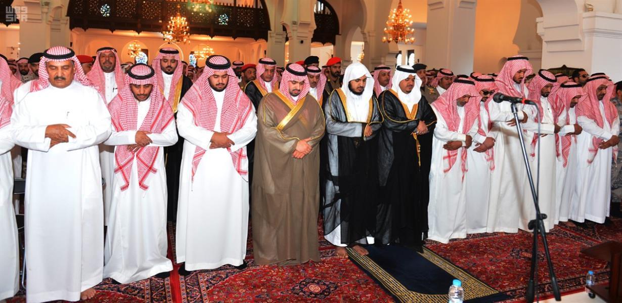 """نائب أمير الرياض يؤدي صلاة الميت على الفريق """"المطيري"""""""
