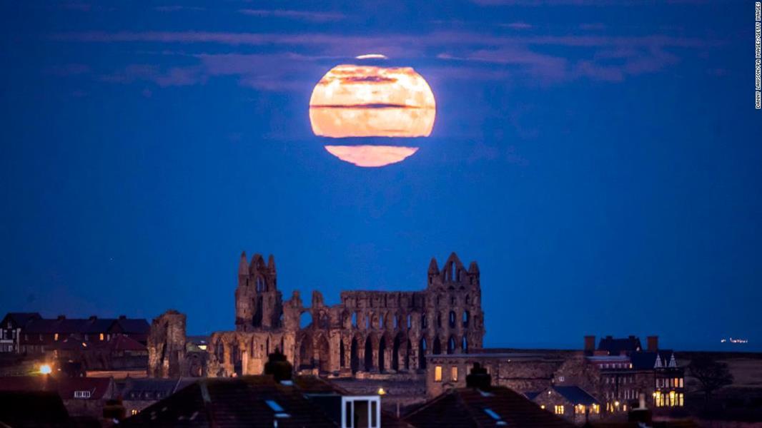 شاهد.. مصورون حول العالم يوثقون ظاهرة القمر العملاق بصور مذهلة