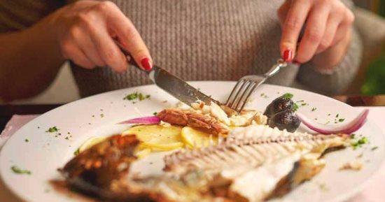 امرأة تبتلع عظمة سمكة اخترقت حلقها وسقطت في رقبتها في حالة حرجة للغاية!