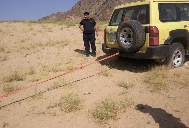 سيارة كادت أن تسقط في بحيرة وادي حلي