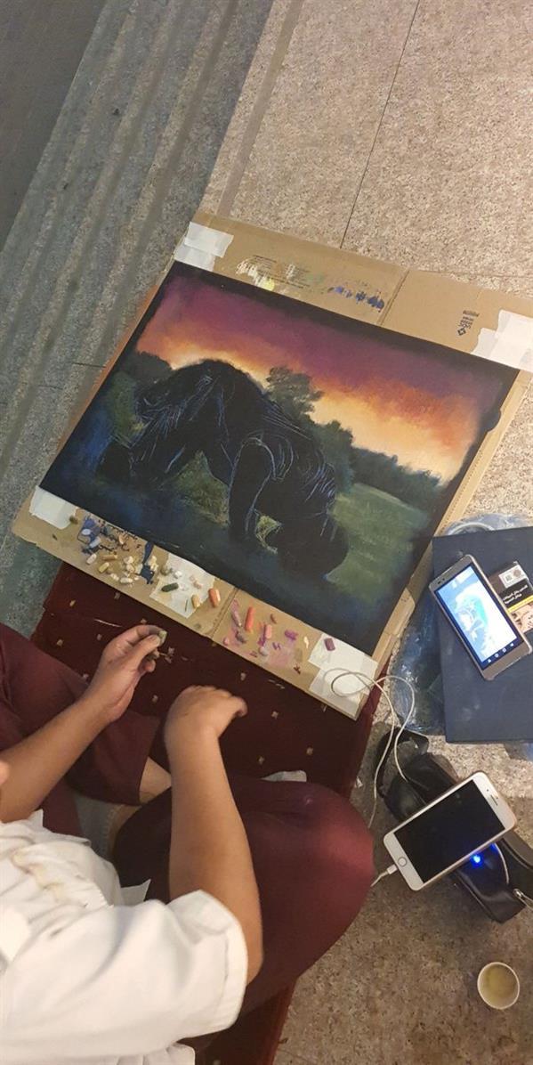 حارس أمن يستغل وقت فراغه في أعمال فنية مبهرة بجدة