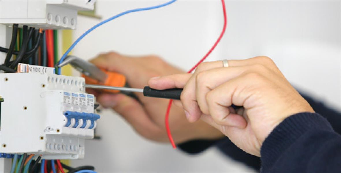 من 7 آلاف إلى 15 ألف ريال.. شاب سعودي يكشف عن مكاسبه الشهرية من الصيانة الكهربائية