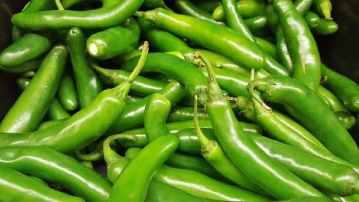 """الفلفل الأخضر الحار: يحتوي كل قرن منه على 103 مليجرامات من فيتامين """"سي""""."""