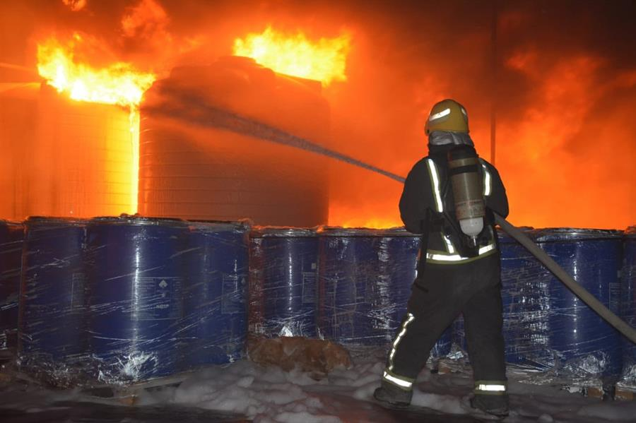 حريق هائل في مصنع بصناعية الرياض