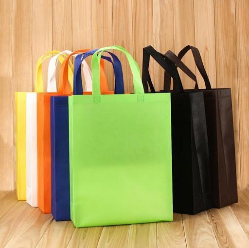 متاجر بالمملكة تستبدل الأكياس البلاستيكية بواسطة أخرى صديقة للبيئة.. وامتعاض من تحميل المشتري ثمنها