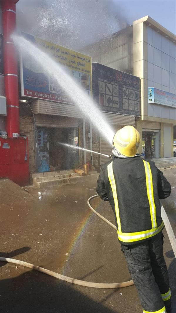 """بالتعاون مع 5 جهات معنية.. """"مدني جدة"""" يسيطر على حريق بمستودع لقطع غيار السيارات (صور)"""