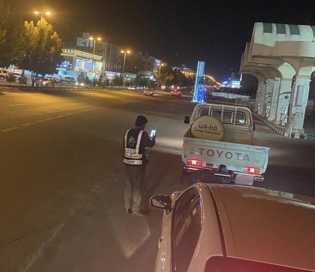 """""""المرور"""" يعلن القبض على قائد مركبة قادها بسرعة عالية جداً ونشر ذلك بمواقع التواصل"""