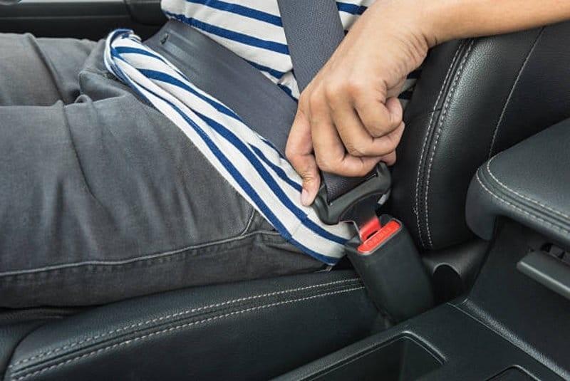 """""""المرور"""": مخالفة عدم ربط حزام الأمان تشمل الراكب بجوار السائق"""