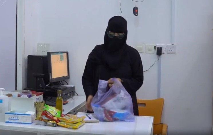 أول بائعة بقالة سعودية في سكاكا