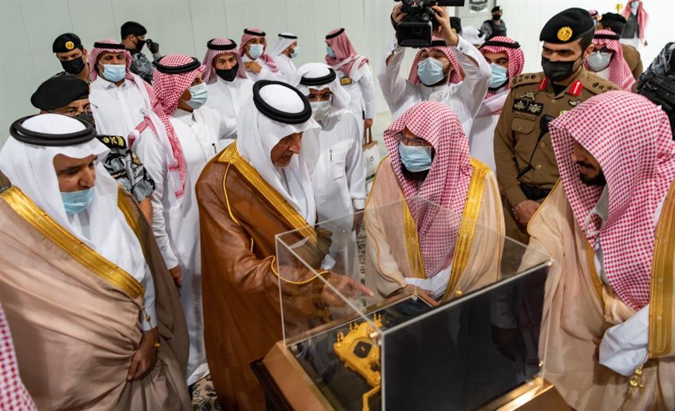 """""""السديس"""" يُهدي أمير مكة مجسماً تذكارياً للمسجد الحرام"""