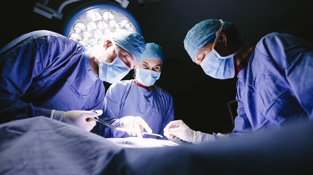 للمرة الأولى في العالم: إجراء عملية زراعة ذراعين وكتفين لمريض في فرنسا