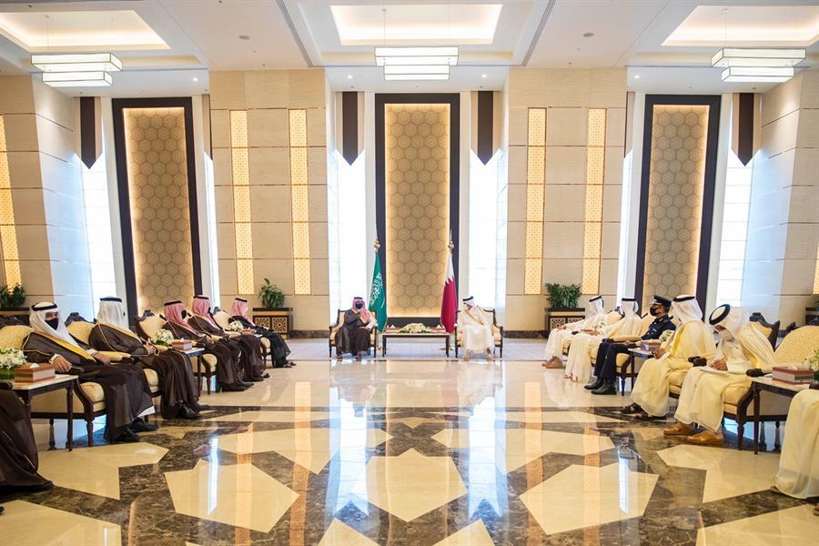 وزير الداخلية يعقد جلسة مباحثات رسمية مع رئيس الوزراء القطري بالدوحة