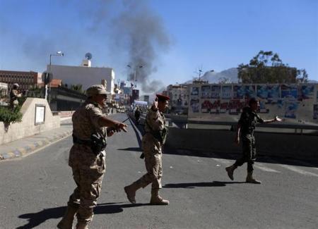 جنود في الطريق إلى وزارة الدفاع في صنعاء يوم الخميس