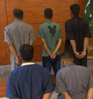 القبض على 5 مواطنين