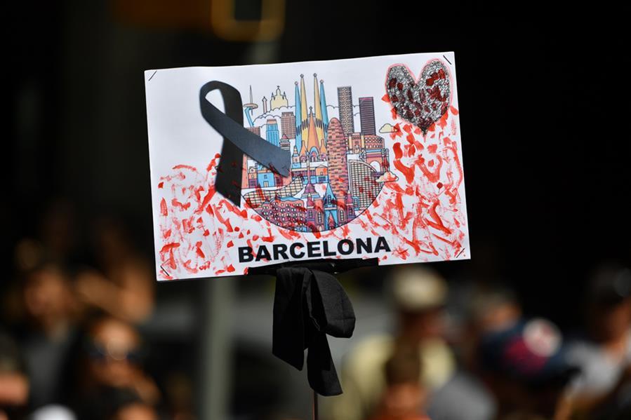 خلال دقيقة صمت على ضحايا اعتداء بشاحنة في شارع رامبلا ببرشلونة في 18 أغسطس والذي أودى بحياة 13 شخصا