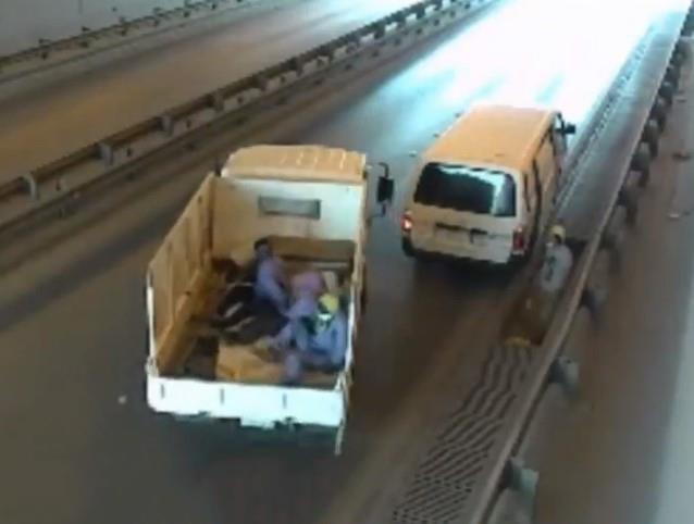 يسرق العمال غير القانونيين أغطية غرف التفتيش المصنوعة من الحديد