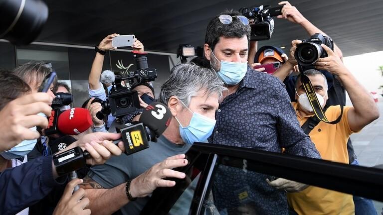 خورخي ميسي اثناء وصوله لمطار برشلونة
