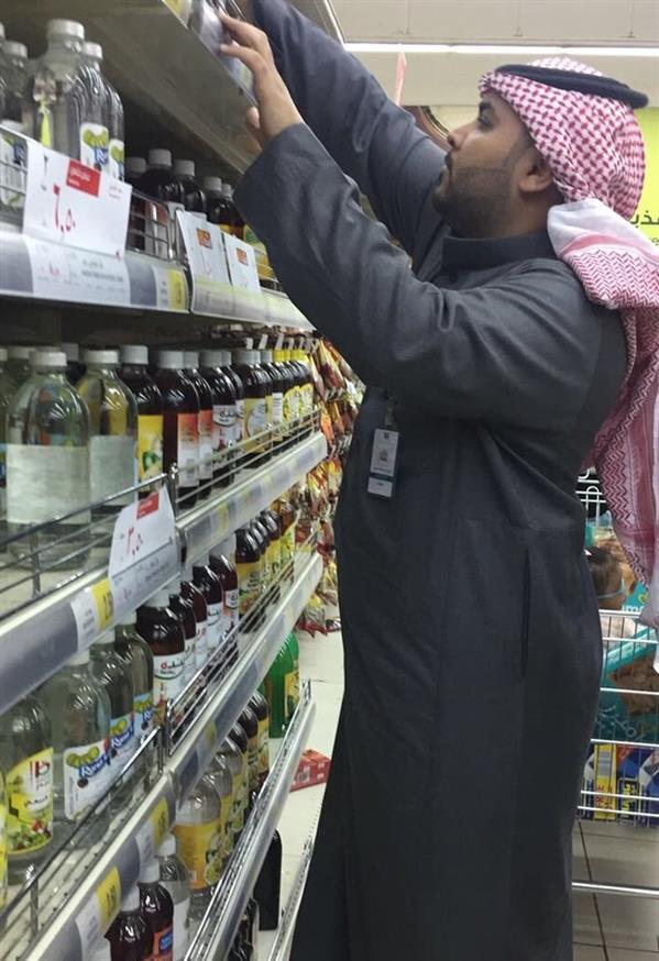 """مواطن يرصد مخالفات لمتجر شهير أثناء """"عروض تخفيض"""".. و""""التجارة"""" تتدخل وتعاقب المتجر (فيديو وصور)"""