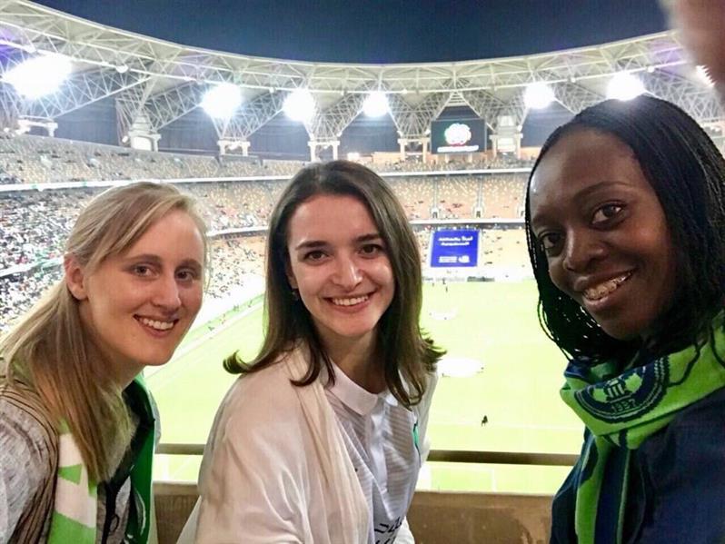شاهد.. سيدات من قنصلية أمريكا في جدة يحضرن مباراة الأهلي والباطن
