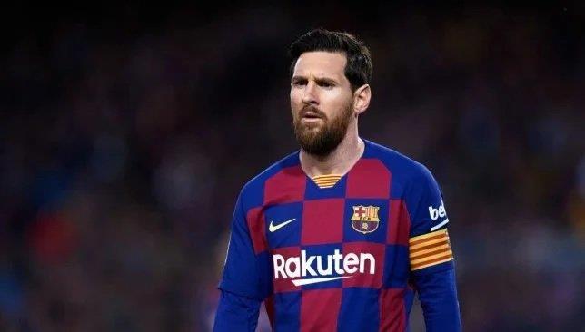 """سلطات الضرائب تفاجئ ميسي في مطار برشلونة.. واللاعب يعلق: """"إنه جنون"""""""