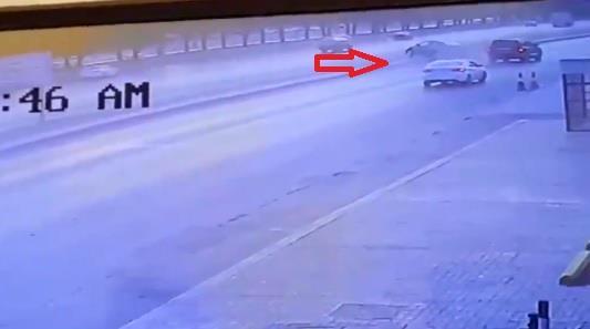 انقلاب سيارة في الرياض تقل امرأةً وطفلاً والمتسبب بالحادث يلوذ بالفرار