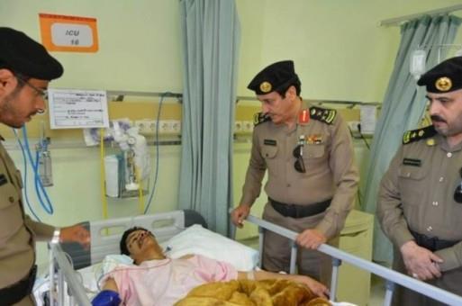 رجل الامن يتلقى العلاج