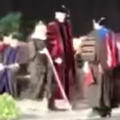 شاهد.. تصفيق حار لمبتعثة سعودية كفيفة خلال حفل تخرجها من جامعة مينيسوتا بأمريكا