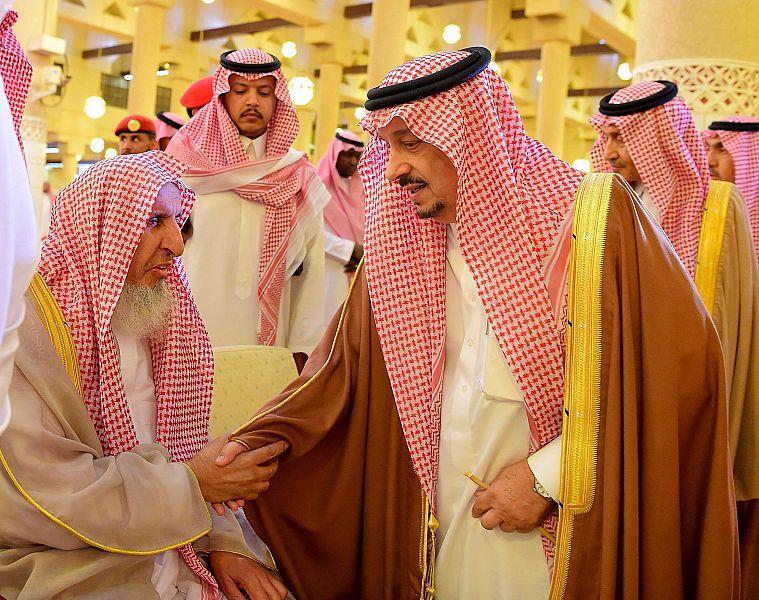أمير الرياض يُؤدي صلاة الميت على الأمير عبدالعزيز بن عبدالله بن فيصل بن فرحان